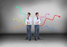 Flèches colorées dans différentes directions avec l'homme d'affaires regardant dans des directions opposées Photographie stock