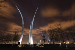 Flèches commémoratives de l'Armée de l'Air d'USA illuminées la nuit Photographie stock