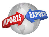 Flèches d'exportations d'importations autour des affaires internationales globales du monde Photos stock