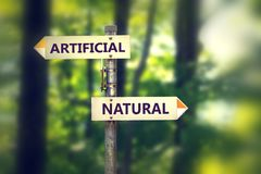 Flèches d'intersection pour artificiel et naturel photographie stock libre de droits