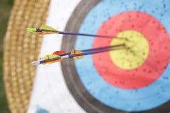 Flèches dans la cible de tir à l'arc Photo stock