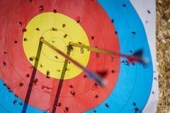 Flèches dans la cible de tir à l'arc Photo libre de droits