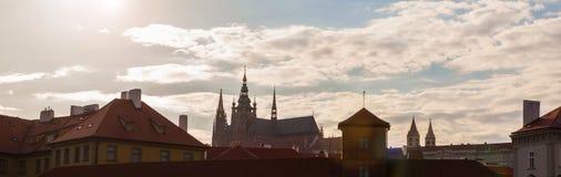 Flèches de la vieilles ville et église de tyn au lever de soleil Photos libres de droits