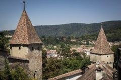 Flèches de Sighisoara donnant sur la ville photo libre de droits