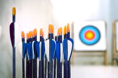 Flèches de tir à l'arc avec des cibles dedans hors du fond de foyer Images stock