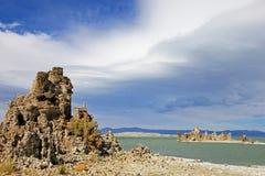 Flèches de tuf sur le rivage du lac mono, Etats-Unis Photographie stock libre de droits