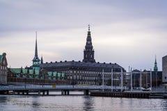 Flèches du palais de Christiansborg, Copenhague, Danemark photographie stock libre de droits