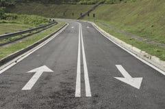 Flèches et médiane de marquage routier photographie stock libre de droits