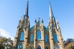 Flèches gothiques sur l'église fleurie Image stock