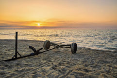 Flèches pour des bateaux sur la plage, aube Photos stock