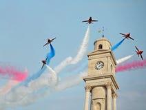 Flèches rouges au-dessus de tour d'horloge Image libre de droits