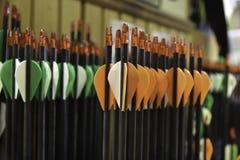 Flèches rouges de nock prêtes pour la concurrence de tir à l'arc Image libre de droits