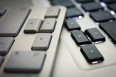 Flèches sur deux claviers - blanc et noir Images stock