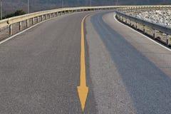 Flèches sur la route. Photographie stock