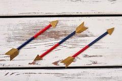 Flèches sur le fond en bois Images libres de droits