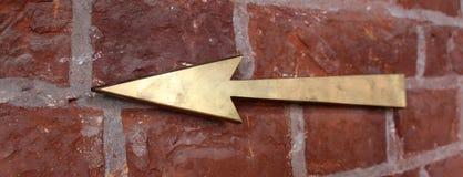 Flèches tirées par la main sur le mur de briques Fond Image libre de droits