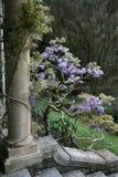 Fléau avec des fleurs images stock