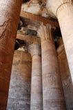 Fléaux et hiéroglyphes à l'intérieur de temple d'Edfu Image stock