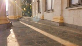 Fléaux grands Beaux rayons légers Longues ombres Vieille construction l'ukraine kiev 07 11 18 parc VDNH banque de vidéos