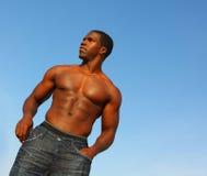 Fléchissement musculaire d'homme photos stock