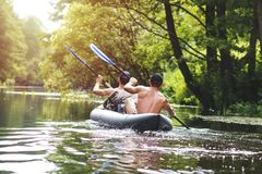 Flößen auf dem Fluss in einem Kajak in der Sommersaison freizeit Zwei Leute in der Bootsreihe mit Rudern stockfoto
