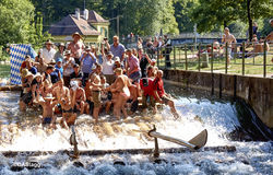 Flößen auf dem Isar-Kanal stockfotos