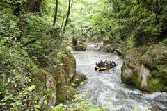 Flößen auf einem Fluss Stockfoto