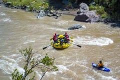 Flößen des Flusses stockfoto