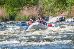 flößen Die nette gealterte Gruppe von Personen segeln auf ein aufblasbares Gummiboot Positive Gefühle, Adrenaline Stockbilder