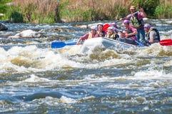 flößen Die nette gealterte Gruppe von Personen segeln auf ein aufblasbares Gummiboot Positive Gefühle, Adrenaline Lizenzfreie Stockfotografie