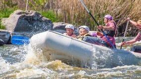 flößen Die nette gealterte Gruppe von Personen segeln auf ein aufblasbares Gummiboot Positive Gefühle, Adrenaline Lizenzfreie Stockfotos