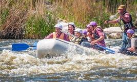 flößen Die nette gealterte Gruppe von Personen segeln auf ein aufblasbares Gummiboot Positive Gefühle, Adrenaline Lizenzfreies Stockbild