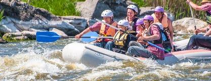 flößen Die nette gealterte Gruppe von Personen segeln auf ein aufblasbares Gummiboot Positive Gefühle, Adrenaline Lizenzfreie Stockbilder