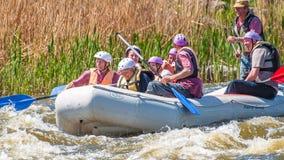 flößen Die nette gealterte Gruppe von Personen segeln auf ein aufblasbares Gummiboot Positive Gefühle, Adrenaline Stockfoto