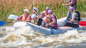 flößen Die nette gealterte Gruppe von Personen segeln auf ein aufblasbares Gummiboot Positive Gefühle, Adrenaline Stockfotografie