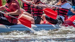 Flößen, fahrend Kayak Extremer Sport Ökologischer Tourismus des Wassers Großaufnahme von Rudern mit Spritzwasser stockbild