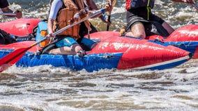 Flößen, fahrend Kayak Extremer Sport Ökologischer Tourismus des Wassers Großaufnahme von Rudern mit Spritzwasser stockbilder