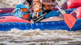 Flößen, fahrend Kayak Extremer Sport Ökologischer Tourismus des Wassers Großaufnahme von Rudern mit Spritzwasser lizenzfreies stockfoto