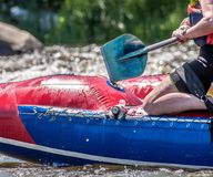 Flößen, fahrend Kayak Extremer Sport Ökologischer Tourismus des Wassers Großaufnahme von Rudern mit Spritzwasser stockfotos