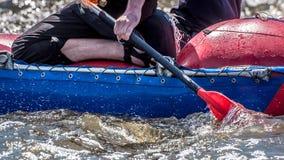Flößen, fahrend Kayak Extremer Sport Ökologischer Tourismus des Wassers Großaufnahme von Rudern mit Spritzwasser stockfotografie