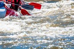 Flößen, fahrend Kayak Extremer Sport Ökologischer Tourismus des Wassers Großaufnahme von Rudern mit Spritzwasser lizenzfreie stockfotografie