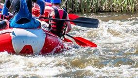 Flößen, fahrend Kayak Extremer Sport Ökologischer Tourismus des Wassers Großaufnahme von Rudern mit Spritzwasser lizenzfreies stockbild