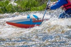 Flößen, fahrend Kayak Extremer Sport Ökologischer Tourismus des Wassers Großaufnahme von Rudern mit Spritzwasser lizenzfreie stockfotos