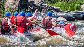 Flößen, fahrend Kayak Extremer Sport Ökologischer Tourismus des Wassers Großaufnahme von Rudern mit Spritzwasser lizenzfreie stockbilder