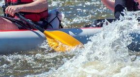 Flößen, fahrend Kayak Großaufnahme von Rudern mit Spritzwasser Extremer Sport lizenzfreie stockfotos