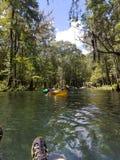 Flößen hinunter den Fluss lizenzfreie stockfotografie