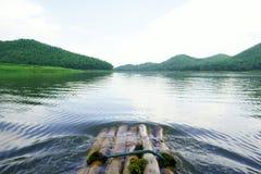 Flößen im Fluss Stockbild