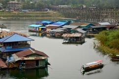 Flößen Sie das Haus und Leute, die hölzernes Boot in Samprasob-Fluss rudern lizenzfreie stockfotos