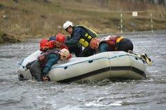 Flößen und Rudern auf Fluss lizenzfreies stockfoto