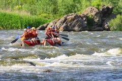Flößen von Touristen mit einem erfahrenen Lehrer auf dem Fluss Stockfotografie